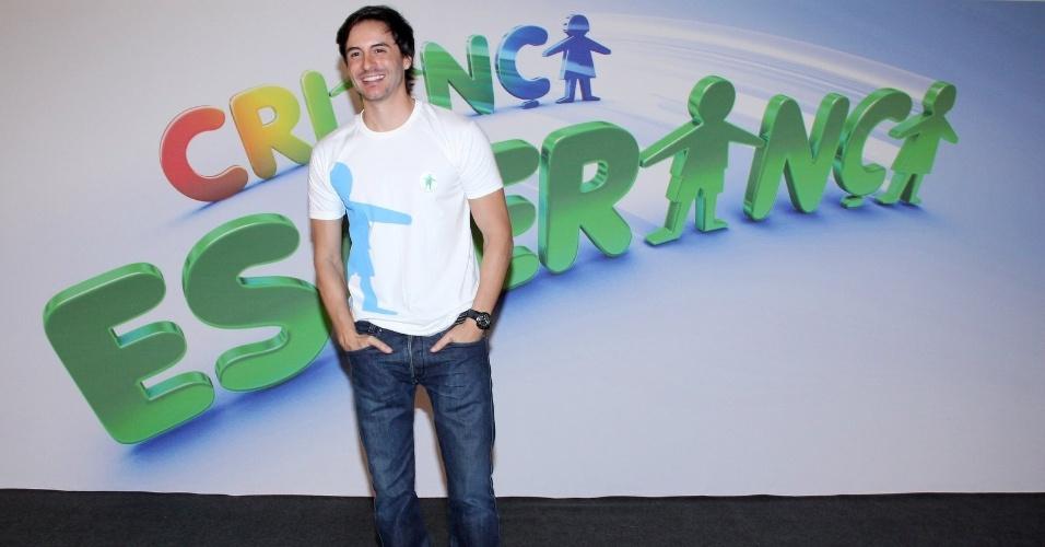 """31.ago.2013 - Ricardo Tozzi participou do """"Mesão da Esperança"""". O ator atendeu ligações de pessoas interessadas em fazer doações ao projeto """"Criança Esperança"""""""