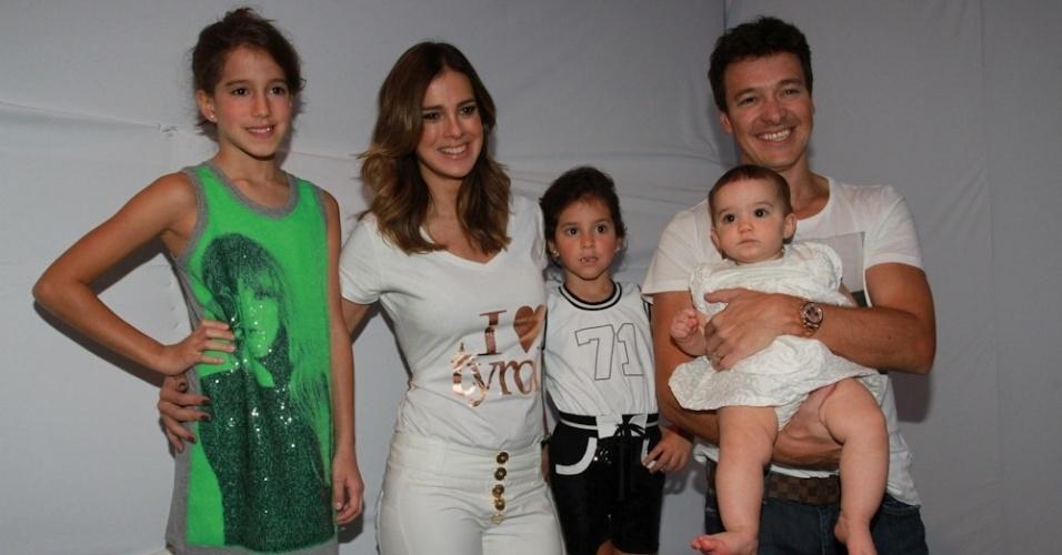 31.ago.2013 - Rodrigo Faro desfila com a família