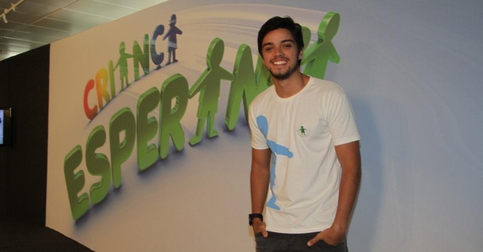 """31.ago.2013 - Rodrigo Simas participou do """"Mesão da Esperança"""". O ator atendeu ligações de pessoas interessadas em fazer doações ao projeto """"Criança Esperança"""""""