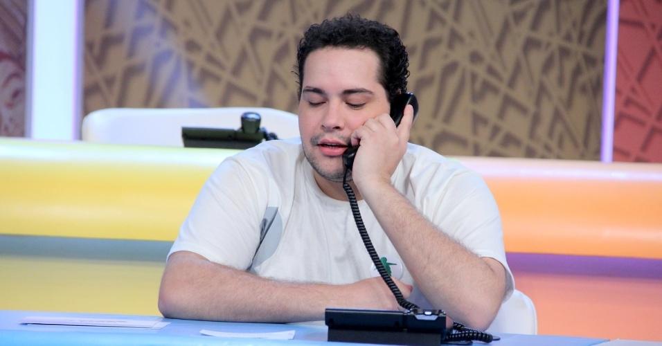 """31.ago.2013 - Tiago Abravanel participou do """"Mesão da Esperança"""". O ator atendeu ligações de pessoas interessadas em fazer doações ao projeto """"Criança Esperança"""""""