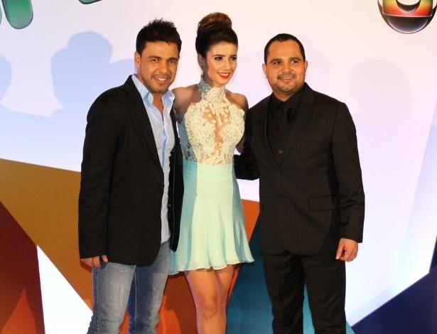31.ago.2013 - Zezé di Camargo e Luciano posa com Paula Fernandes. O trio se apresenta junto no evento