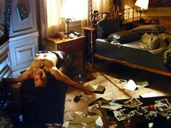 """Em """"Flor do Caribe"""", Guiomar entra em pânico ao ver Alberto fora de si, depois de rasgar fotos de Ester"""