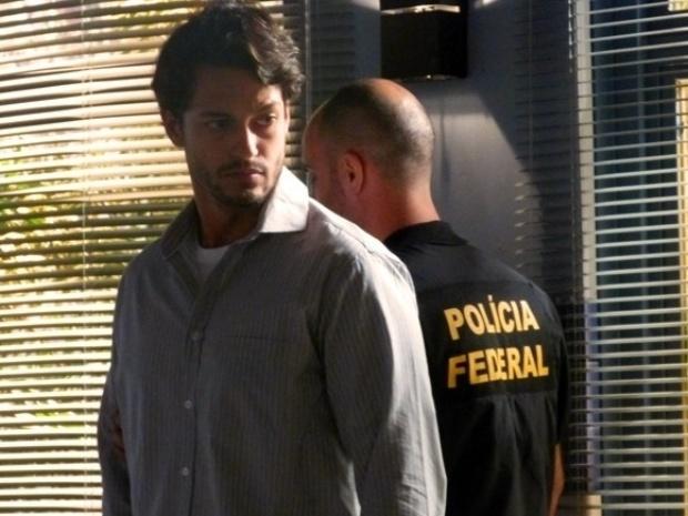 """Em """"Flor do Caribe"""", Hélio revela podres e Dionísio é preso"""