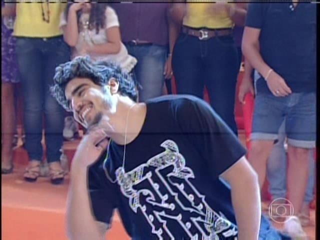 """1.set.2013 - Durante participação no programa """"Esquenta!"""", o ator Caio Castro arrancou gritinhos da plateia ao dançar """"Show das Poderosas"""", hit da cantora Anitta"""