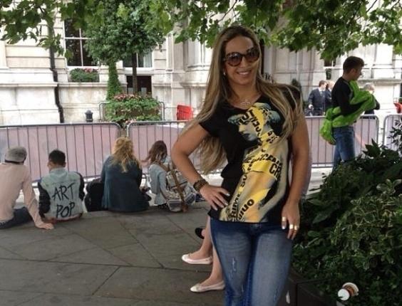 1.set.2013 - Em Londres, Valesca Popozuda divulgou uma foto onde aparece em frente a um hotel onde está hospedada a cantora Lady Gaga.