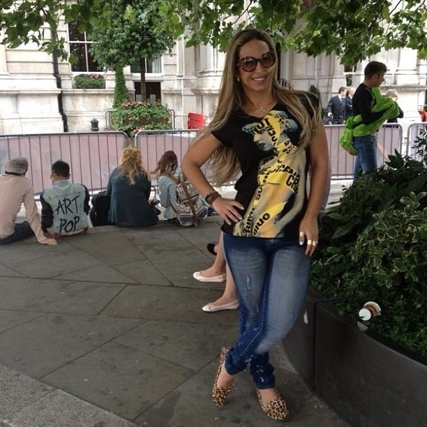 """1.set.2013 - Em Londres, Valesca Popozuda divulgou uma foto onde aparece em frente a um hotel onde está hospedada a cantora Lady Gaga. """"Aguardando Lady Gaga"""", escreveu ela. A funkeira está em turnê pela Europa"""