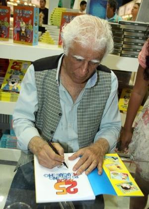 O escritor Ziraldo autografa o livro dos 25 anos do Menino Maluquinho na 16ª Bienal do Livro do Rio de Janeiro, em setembro de 2013 - Graça Paes/Foto Rio News