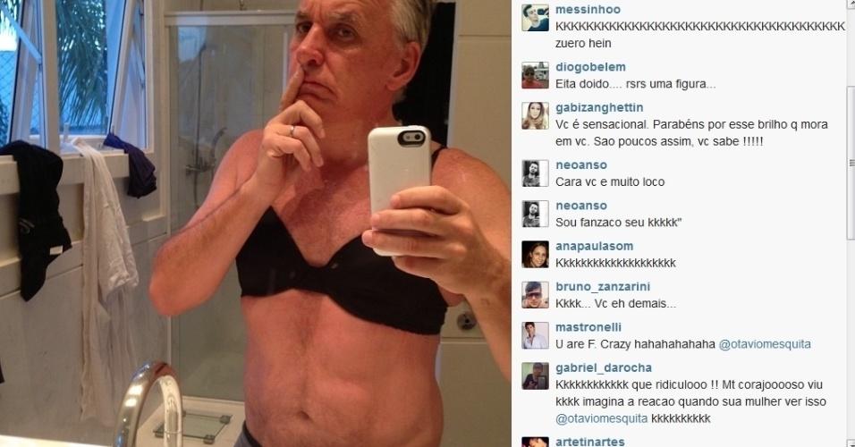 1.set.2013 - Otávio Mesquita fez a alegria dos seus seguidores do Twitter ao divulgar uma foto onde aparece vestindo o sutiã da mulher.