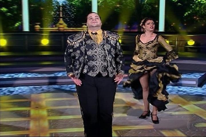 1.set.2013 - Tiago Abravanel se esforça no paso doble e conquista elogios dos jurados