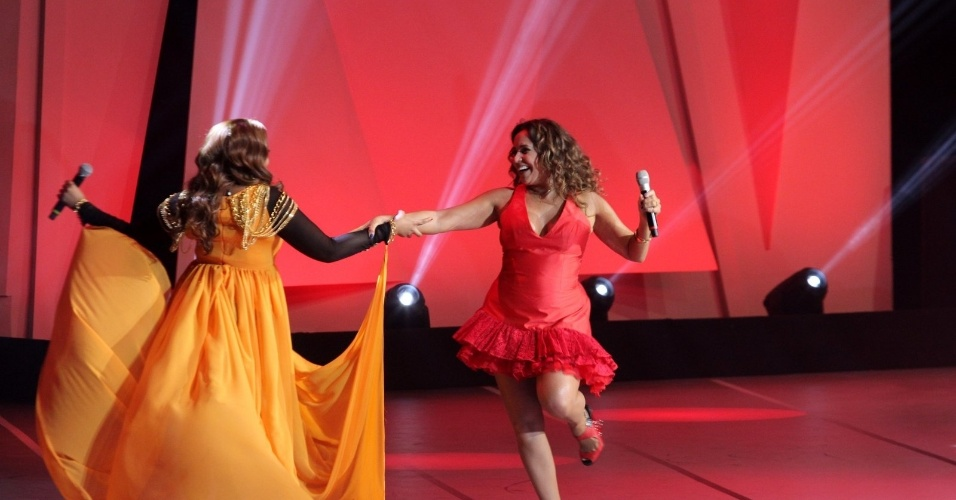 """31.ago.2013 - As cantoras Gaby Amarantos e Daniela Mercury dançam durante a apresentação do """"Criança Esperança"""""""