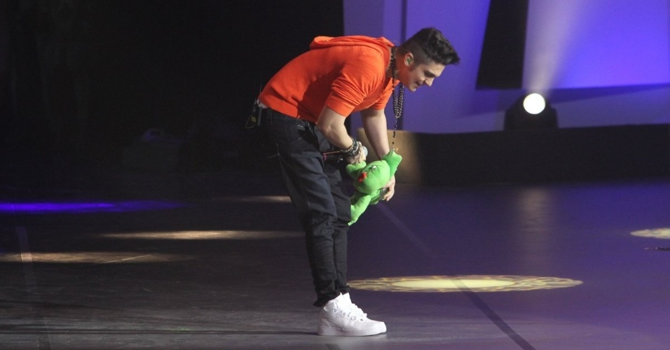 """31.ago.2013 - Luan Santana arranca gritos das fãs e ganha bichos de pelúcia durante sua apresentação no """"Criança Esperança"""""""