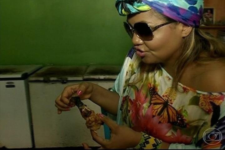 A cantora Gaby Amarantos se delicia com um pedaço de frango e sabe que tem um grande desafio pela frente