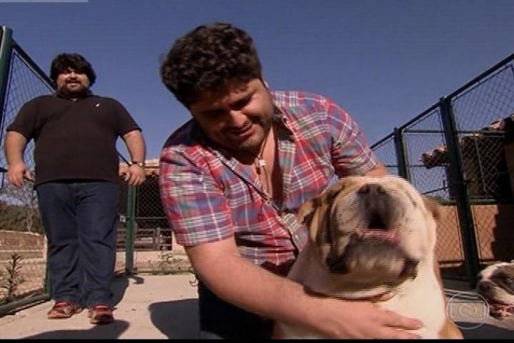 Com o irmão Fabiano, o sertanejo César Menotti apresenta seu cachorro de estimação e diz que está disposto a encarar o desafio de perder peso