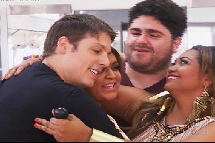 Fábio Porchat, Preta Gil, César Menoti e Gaby Amarantos se abraçam no final da atração e garantiram que pretendem se dedicar ao projeto