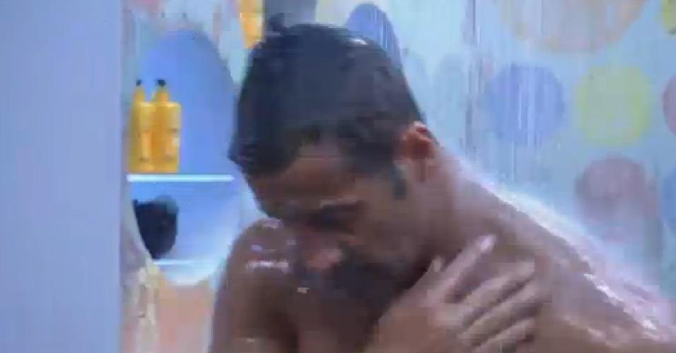 02.set.2013 - Depois de malhar por mais de duas horas, Marcos Oliver toma banho