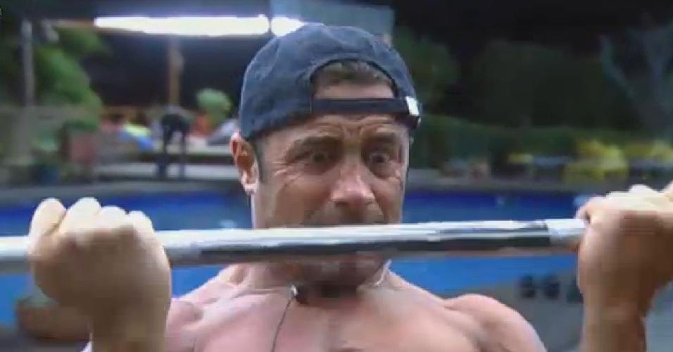 02.set..2013 - Marcos Oliver faz careta enquanto malha