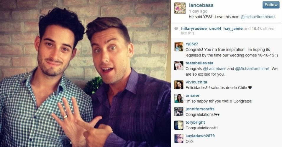 """1.set.2013 - Lance Bass, ex-integrante do grupo N'Sync, mostrou a aliança de noivado que deu ao namorado, Michael Turchin. """"Sim, ele disse sim"""", escreveu o cantor na rede social. Michael e Lance namoram desde dezembro de 2011"""