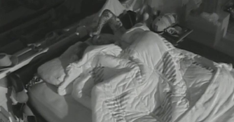 1.set.2013 - Mateus e Bárbara dormem juntinhos