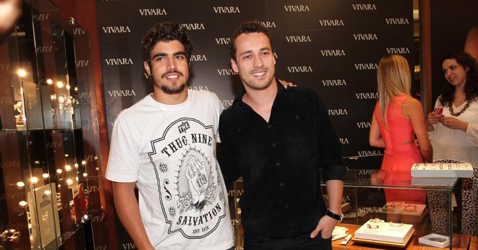 2.set.2013 - Caio Castro e Rodrigo Andrade na inauguração de uma loja de joias em São Paulo