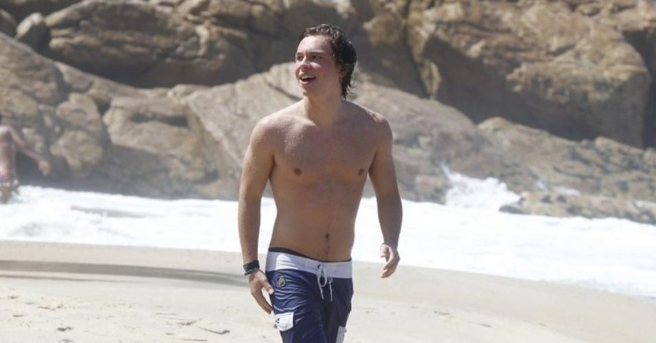 2.set.2013 - Keaton Stromberg, do Emblem3, curtiu praia na zona sul do Rio. No último final de semana, a boy band se apresentou na cidade no Z Festival