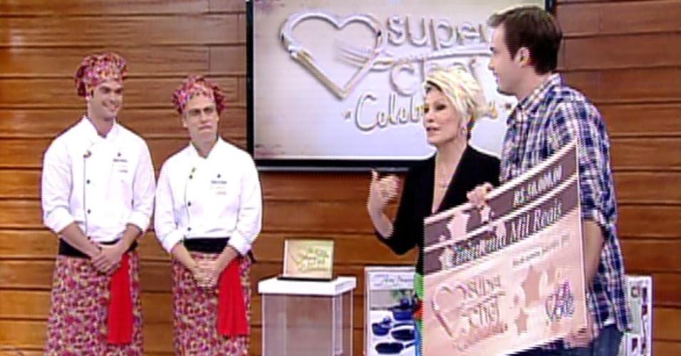 """2.set.2013 - Max Fercondini, vencedor do """"Super Chef Celebridades"""" de 2012, chega para entregar o prêmio ao campeão da atual edição"""