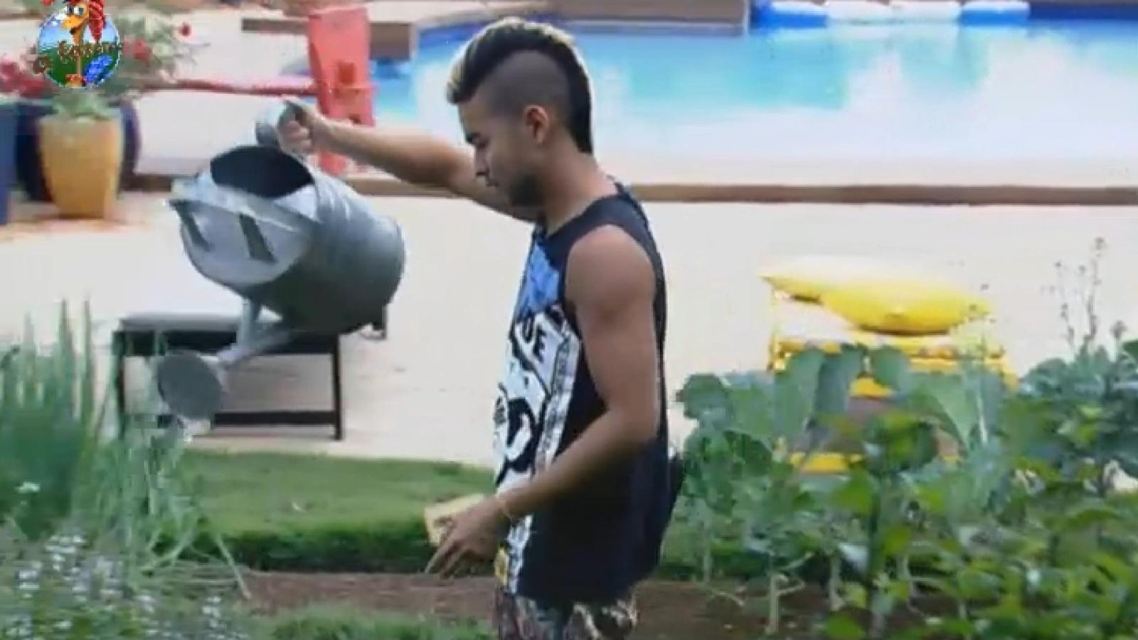 2.set.2013 - Yudi rega as plantas da horta