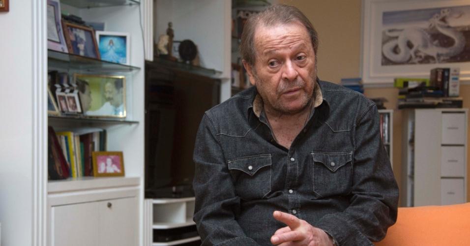 """30.ago.2013 - Carlos Vereza posou para o UOL em seu apartamento na Barra da Tijuca, bairro que mora há 30 anos no Rio. Durante entrevista ao UOL, o ator se posicionou sobre as recentes manifestações no Brasil: """"Eles estão sendo manipulados para estar na porta do Cabral"""""""