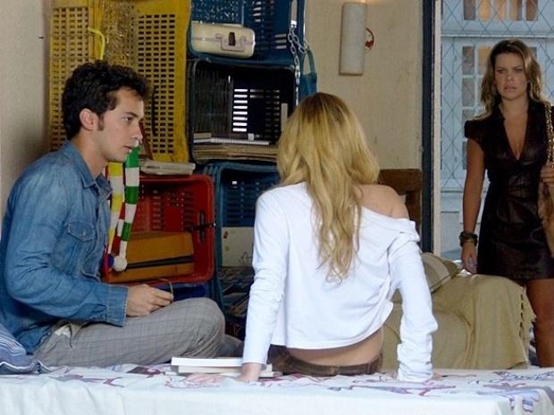 """Em """"Malhação"""", Bernardete flagra beijo de Ben e Sofia"""