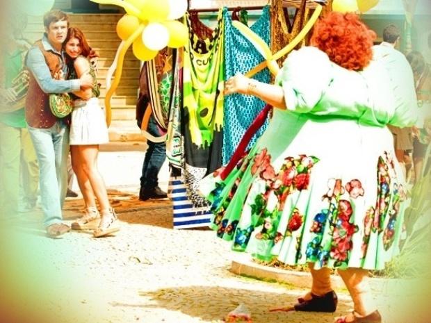 """Em """"Saramandaia"""", Dona Redonda explode após descobrir segredo de Gibão"""