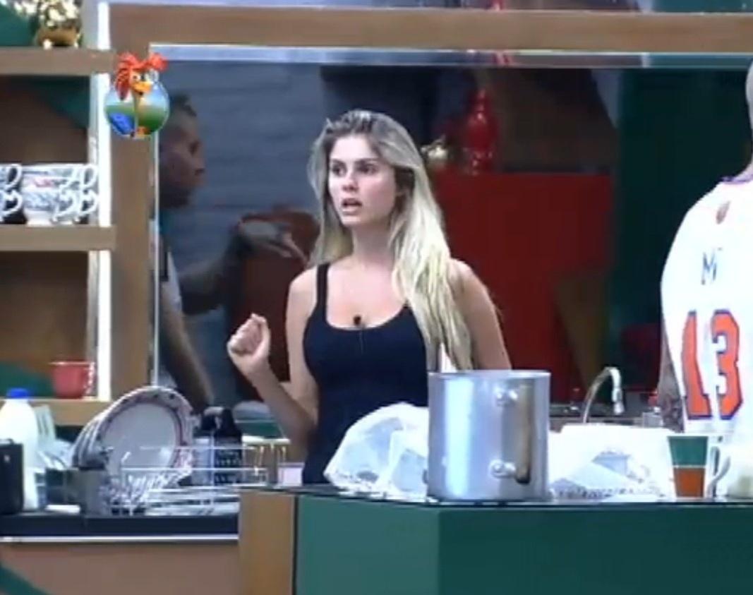 02.set.2013 - Bárbara Evans reclamando que Denise comeu o peixe que ela fez