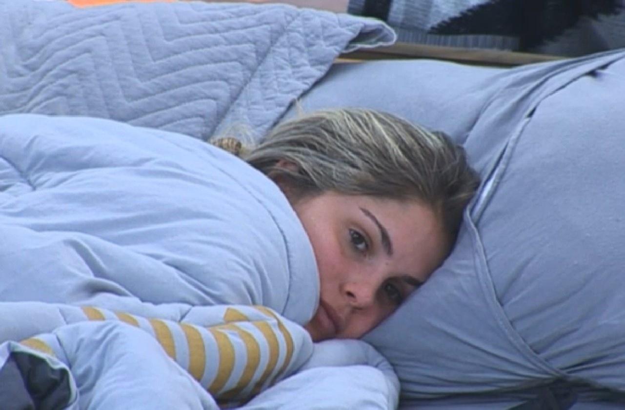 03.set.2013 - Bárbara Evans observa o namorado fazer as malas