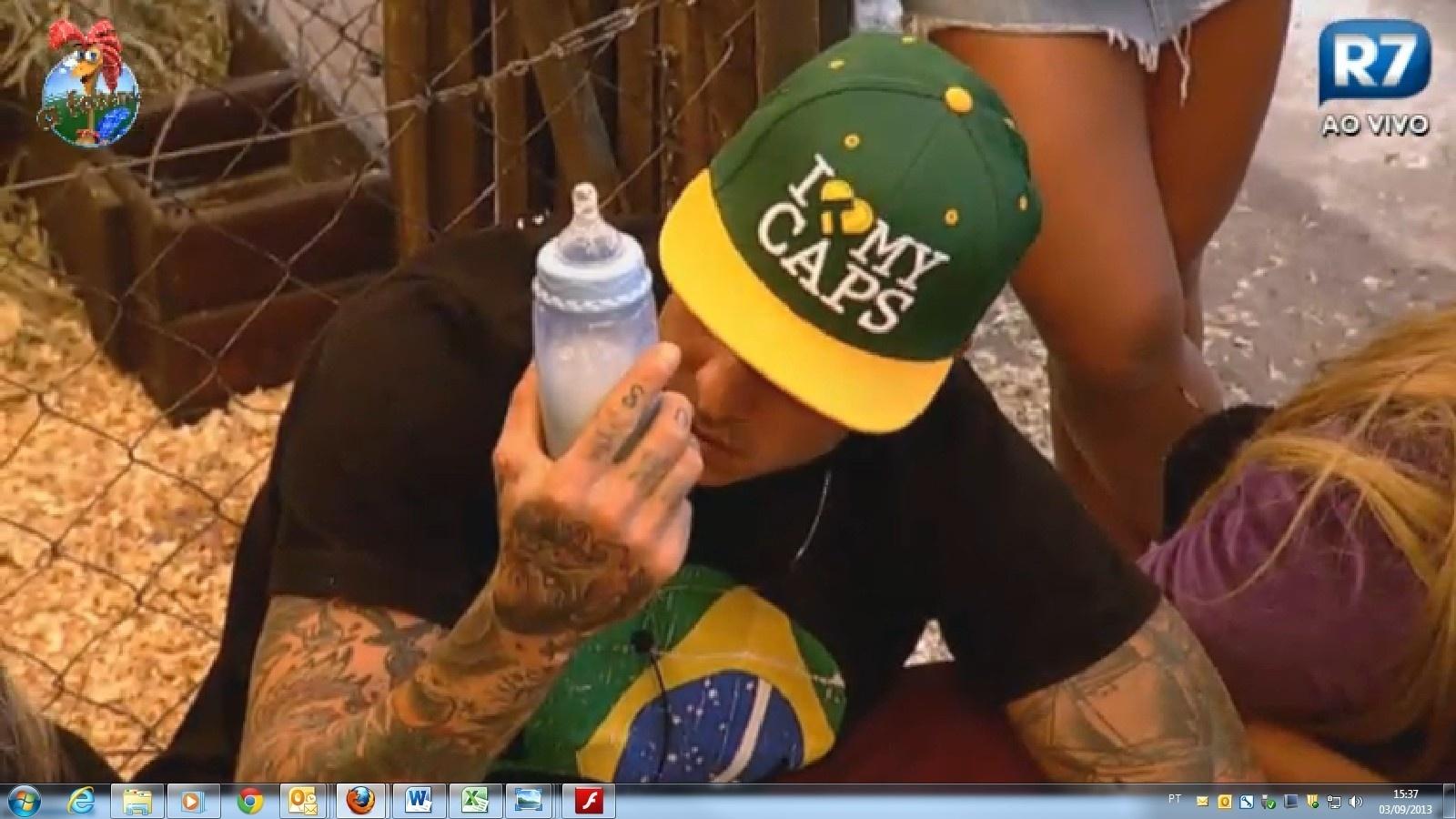 03.set.2013 - Mateus da mamadeira para cabritinhos recém-nascidos
