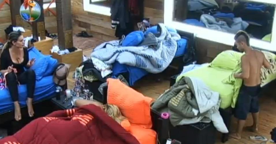2.set.2013 - Yudi entra no quarto e ouve Andressa falando mal de Beto