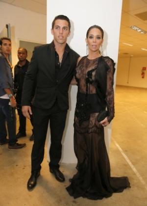 3.set.2013 - Com vestido transparente, a atriz Danielle Winits chega ao Prêmio Multishow ao lado do namorado, o jogador de futebol Amauri Nunes