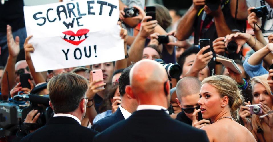 3.set..2013 - Fãs tentam se aproximar de Scarlett Johansson durante a chegada da atriz para a exibição do filme