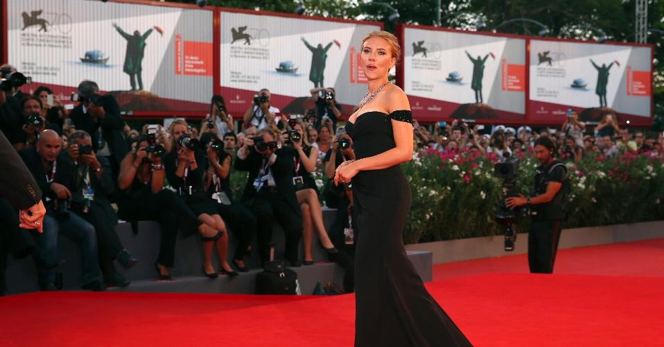 3.set..2013 - Filme no qual a atriz Scarlett Johansson vive uma anielíngena canibal foi vaiado no Festival de Veneza; atriz posa para fotos no tapete vermelho