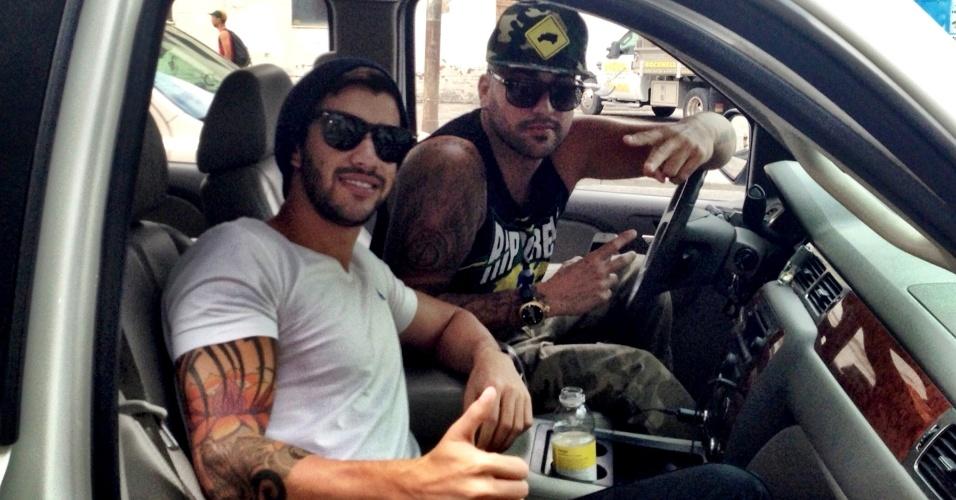 3.set.2013 - Gusttavo Llima passeia de carro com rapper D-Snow
