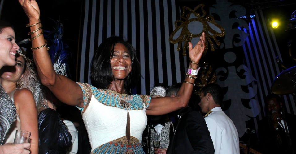 A jornalista Glória Maria se diverte no baile de Carnaval do Copacabana Palace em 2012