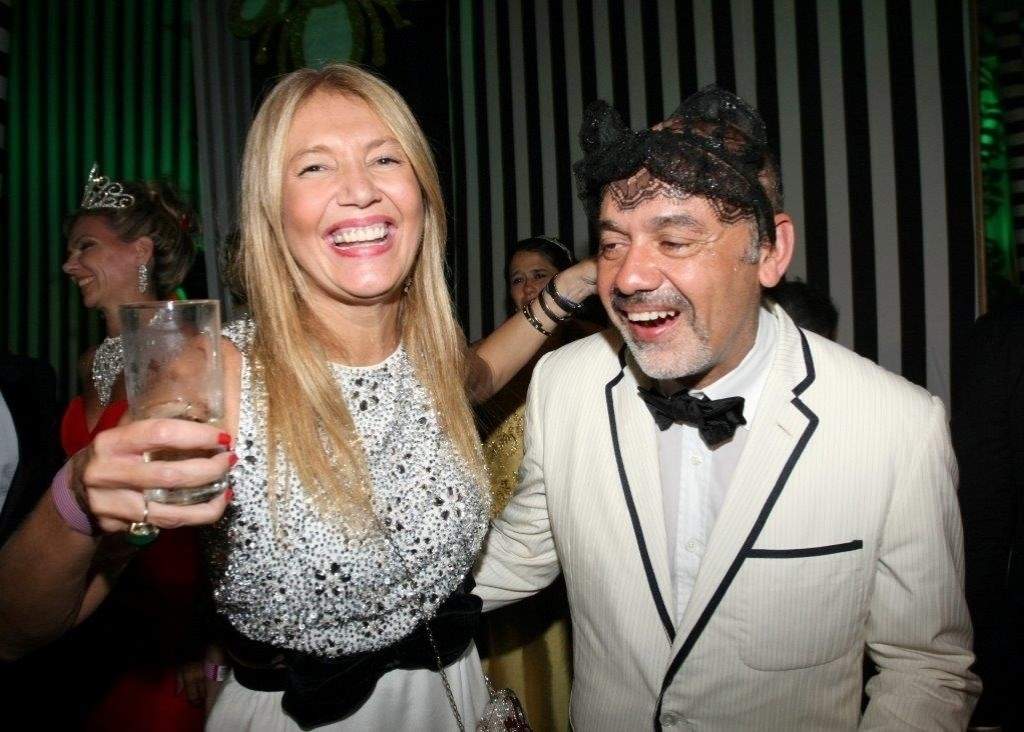 Donata Meirelles se divertiu ao lado do estilista francês Christian Louboutin 2012
