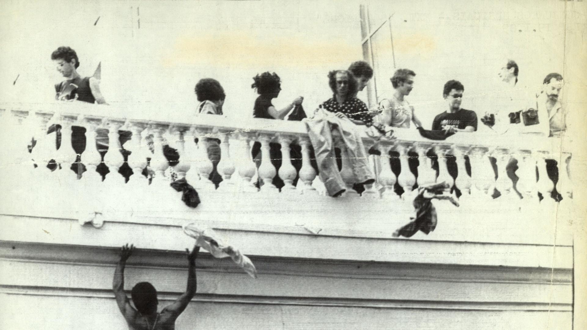 Em 1985, integrantes do Scorpions autografam no Copacabana Palace