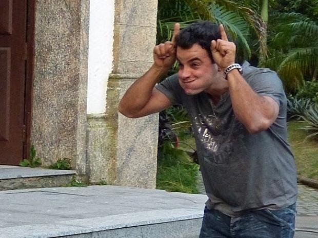 """Em """"Amor à Vida"""", Carlito chama Ignácio de corno e comemora o fim do noivado de Valdirene"""