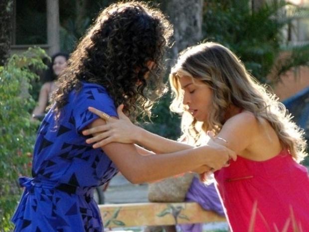 """Em """"Flor do Caribe"""", Ester passa mal e Amaralina desconfia de gravidez"""