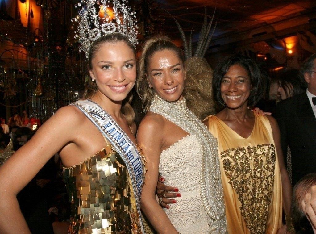 No baile de Carnaval do Copacabana Palace de 2008, a rainha da festa Grazi Massafera posa ao lado Adriane Galisteu e Gloria Maria
