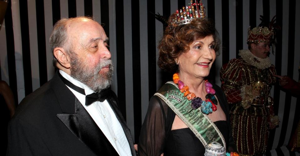 O casal Mauro Mendonça e a atriz Rosamaria Murtinho marcam presença no baile de Carnaval