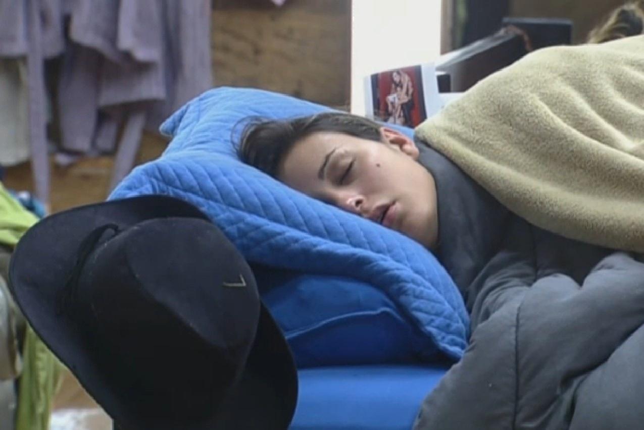 04.set.2013 - Andressa Urach dormindo
