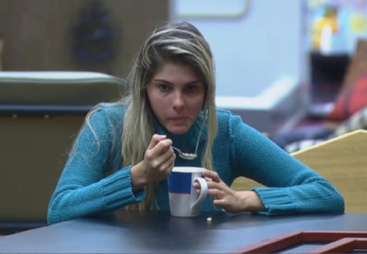 04.set.2013 - Bárbara Evans tomando café da manhã