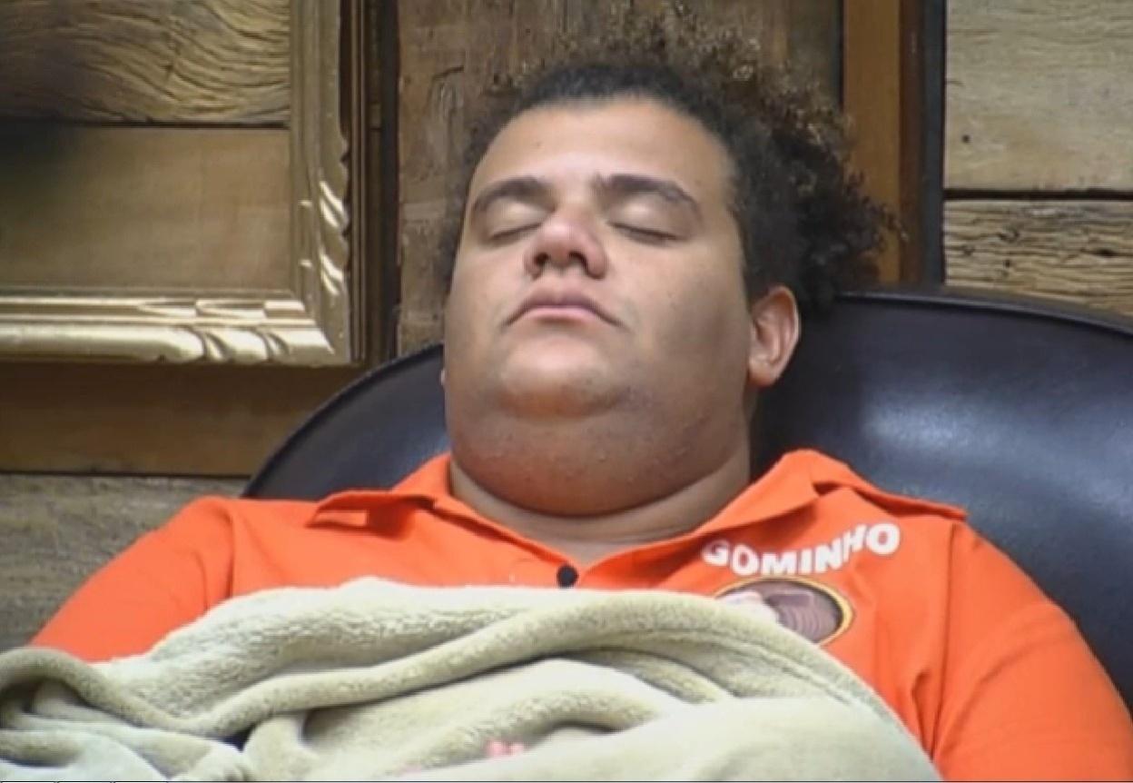 04.set.2013 - Gominho dormindo enquanto espera para realizar a atividade para ganhar um carro