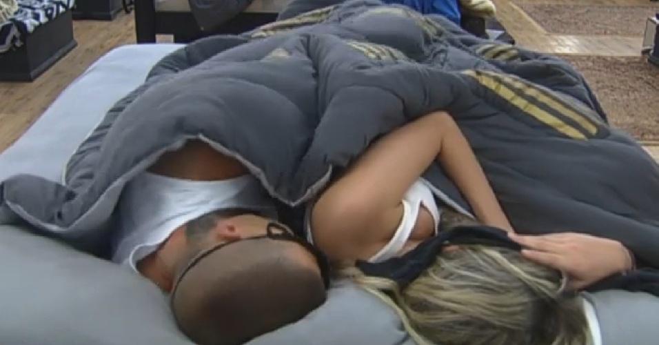 04.set.2013 - Mateus Verdelho e Bárbara Evans dormindo juntos