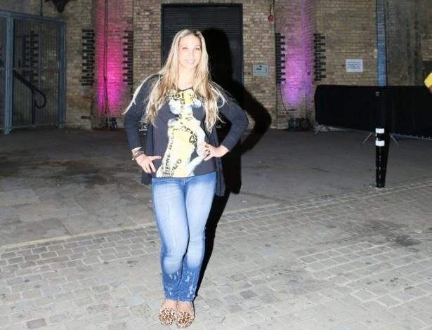 1.set.2013 - Em turnê pela Europa, Valesca Popozuda se diverte em pontos turísticos de Londres e posa próxima de um cartaz da cantora Lady Gaga