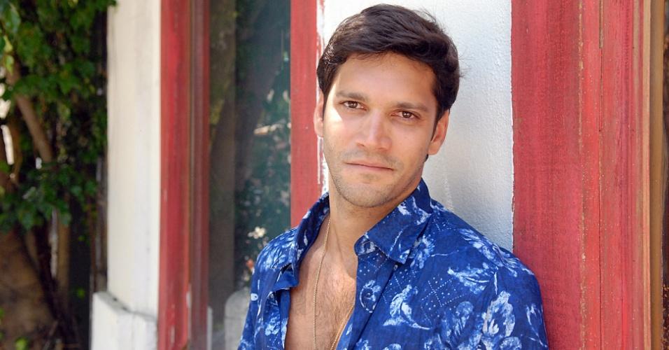 "2010 - Armando Babaioff interpretou o surfista homossexual Thales em ""Ti-Ti-Ti"""